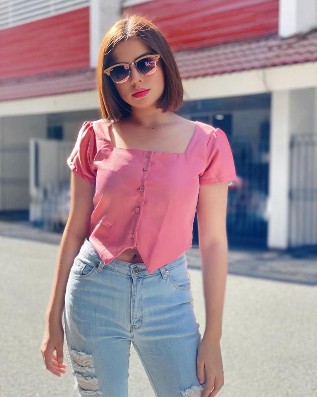 Alexa Ilacad outfit: pink blouse, denim