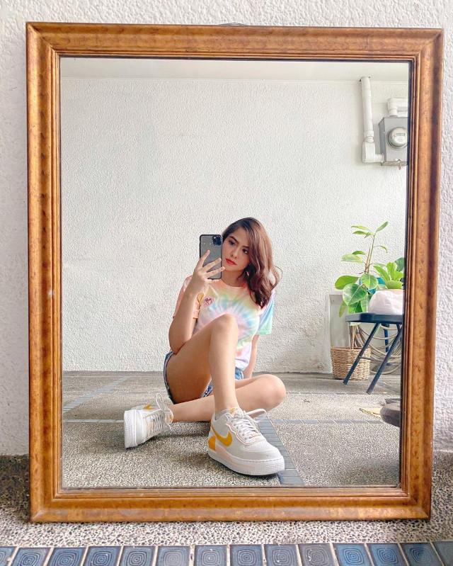 Alexa Ilacad outfit: shirt, denim shorrs, sneakers