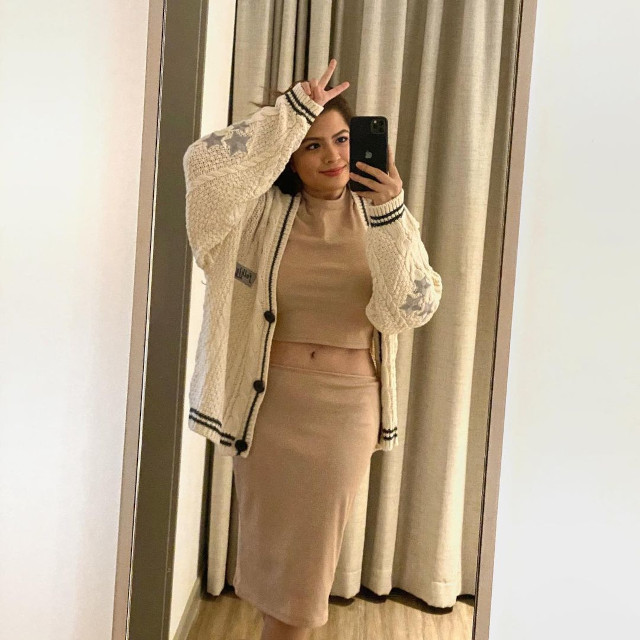 Alexa Ilacad outfit: Beige coords and cardigan