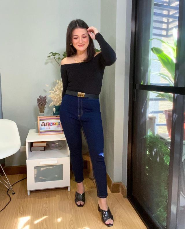 Off-shoulder outfit: Camille Prats