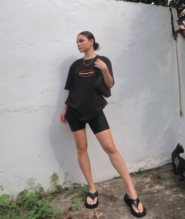 Black oversized t-shirt outfit: Ashley Colet