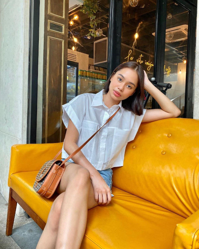 Date outfits: white button down top, denim shorts