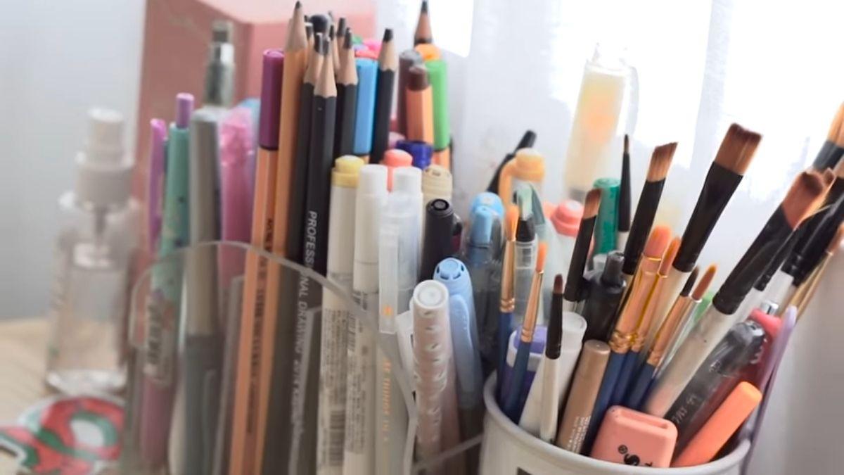 LORIN GUTIERREZ - room tour, writing materials and makeup brushes on desk