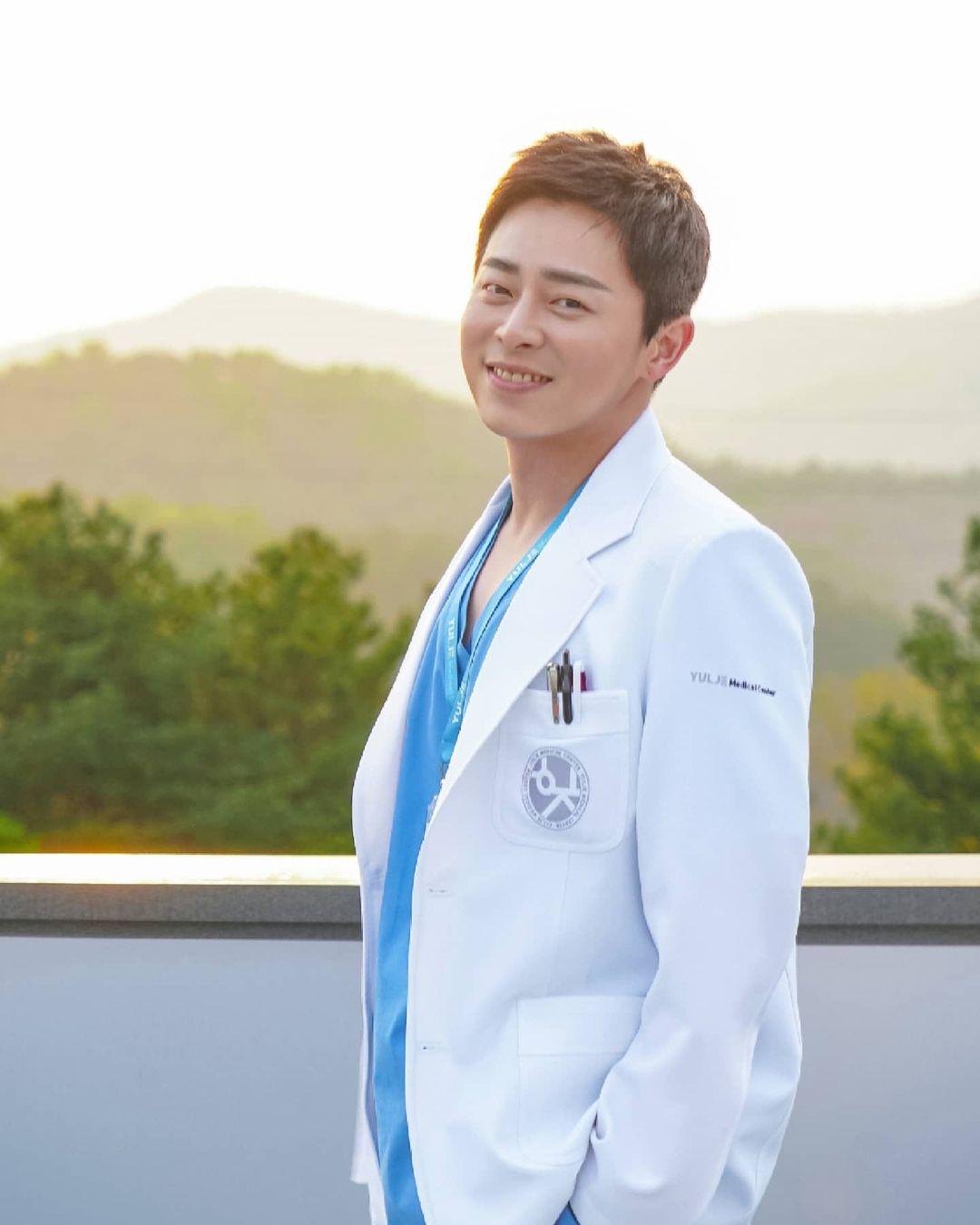 Korean actors who don't have official social media accounts: Jo Jung Suk