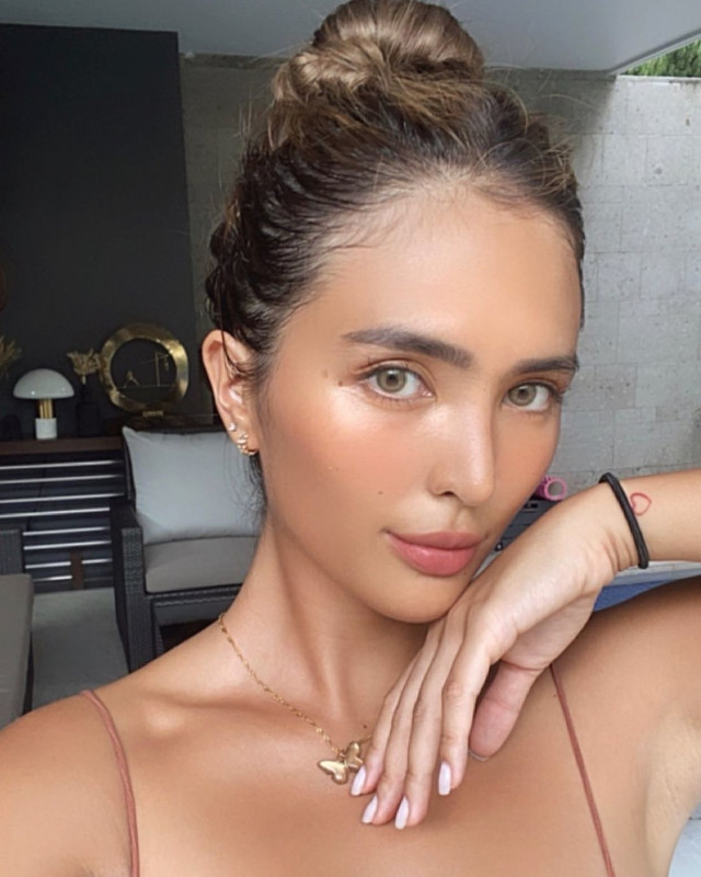 sofia andres' outfits with minimalist necklaces