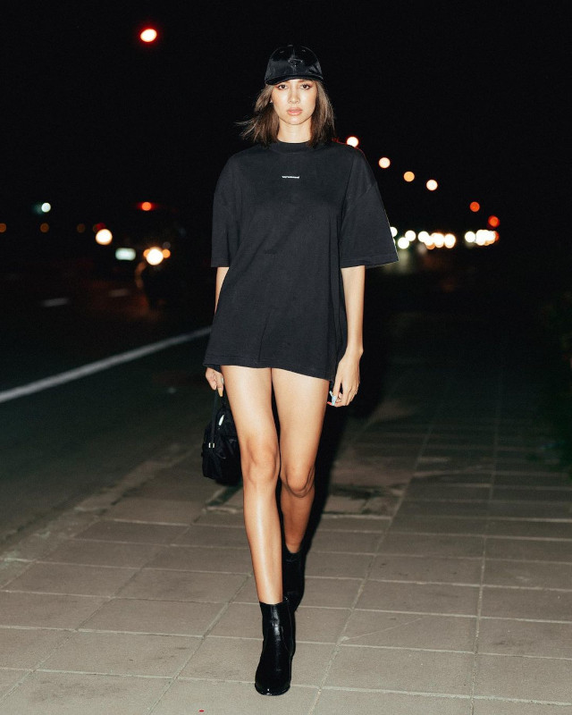 Sexy casual outfit: Cap + oversized shirt + shorts + boots + micro bag