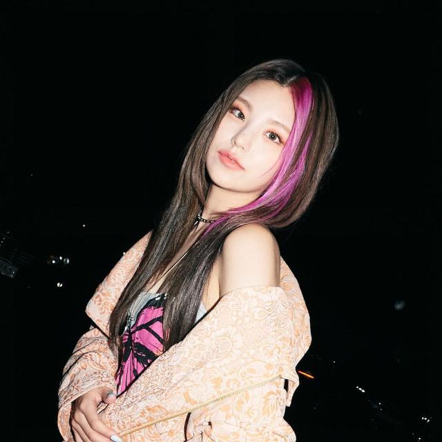 Itzy's Yeji, money piece long hairstyle