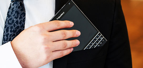 BlackBerry's Back: BB's Oddly Shaped Passport Smartphone Now In Pinas!