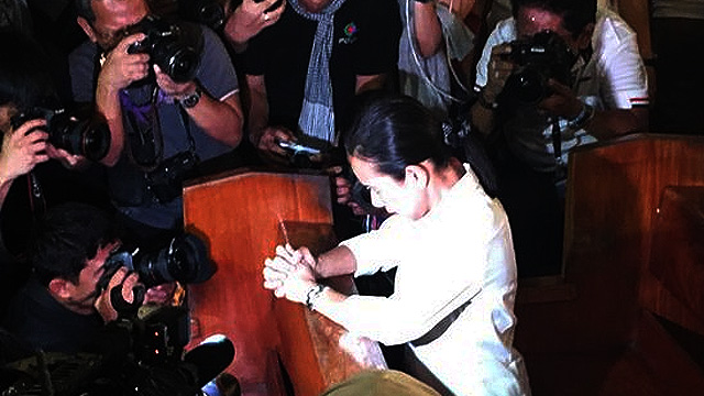 Netizens Irked Over Grace Poe 'Praying' Amidst Sea Of Cameras