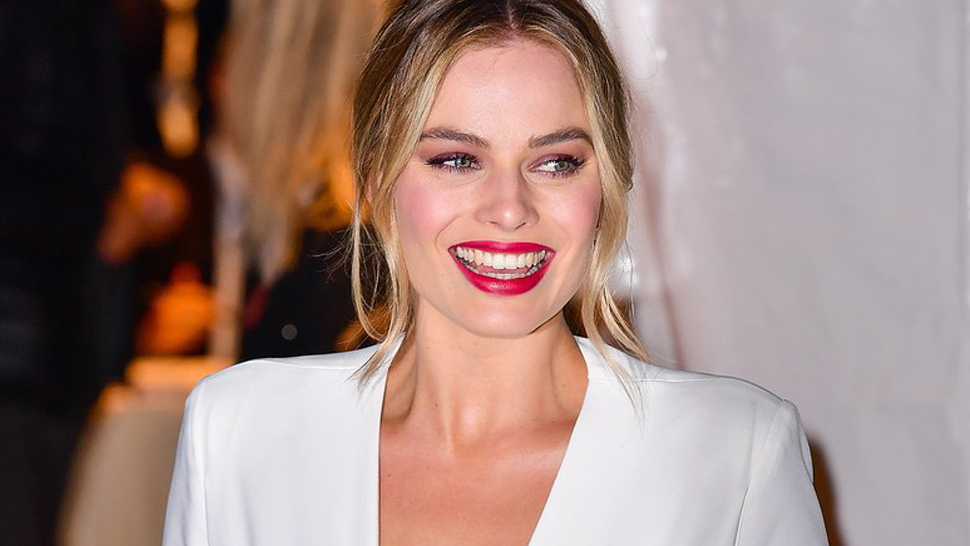 Lotd: Margot Robbie Stuns In Burgundy Eye Makeup