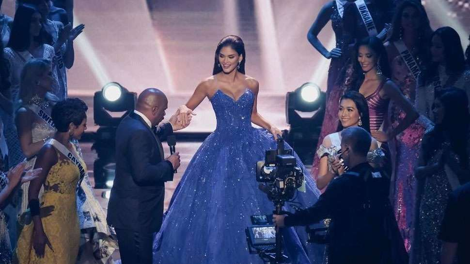 You Have To See These Earrings That Pia Wurtzbach Wore To Her Farewell Walk