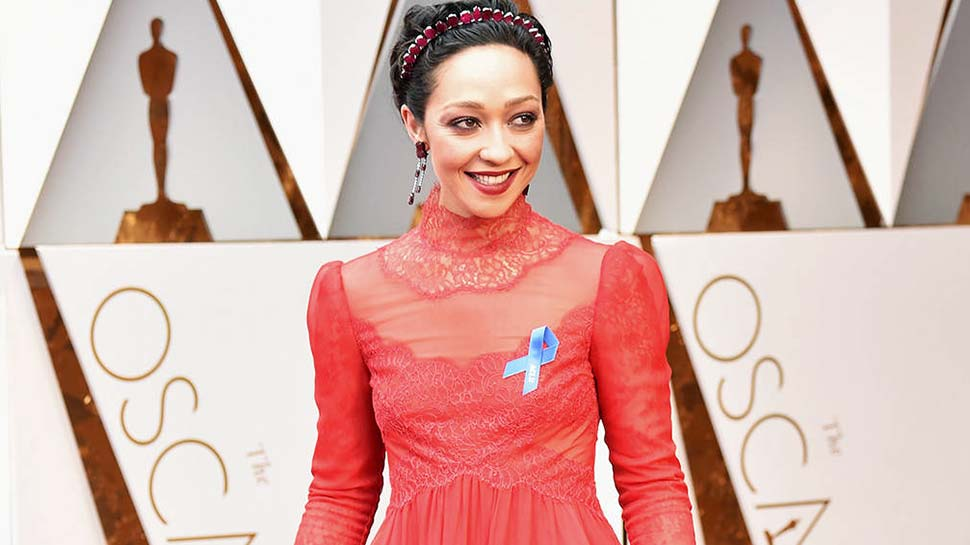 Here's Why the Stars Are Wearing Blue Ribbons at the Oscars 2017 Red Carpet