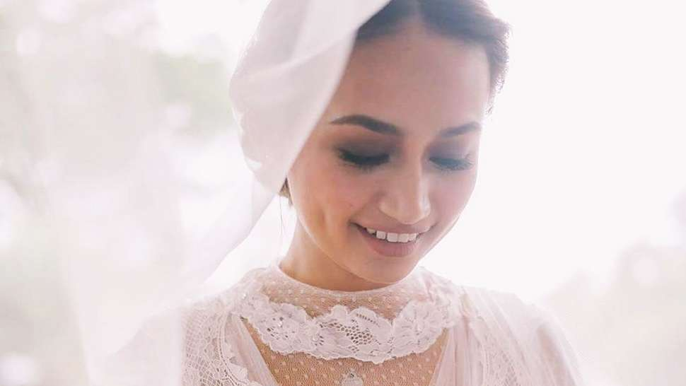 LOTD: We're Swooning Over Lou Muñoz's Vintage-Style Wedding Dress