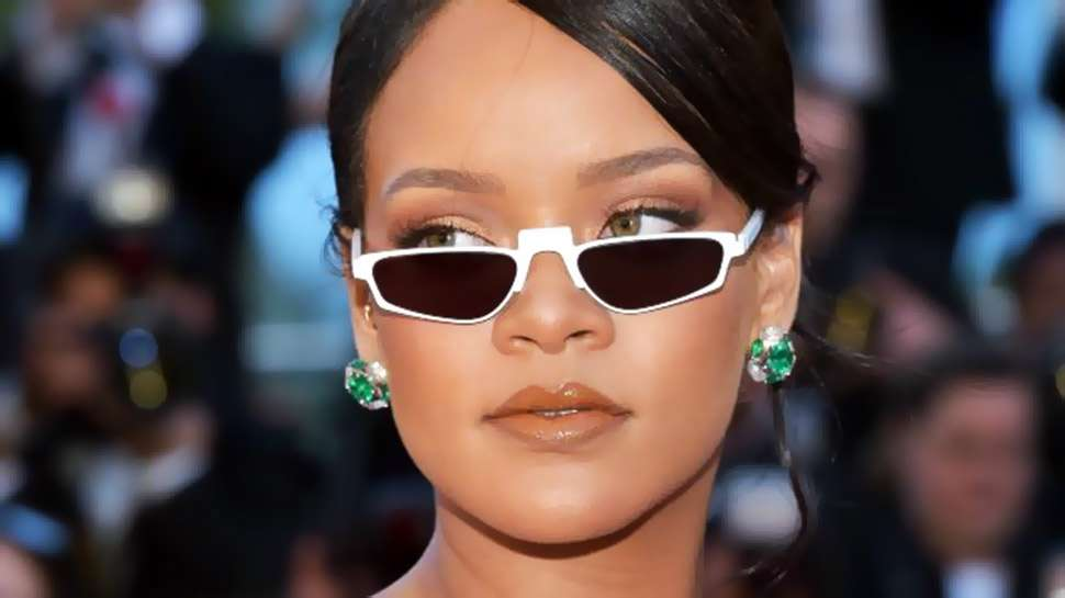 These Tiny '90s-style Shades Are The Season's It Sunglasses