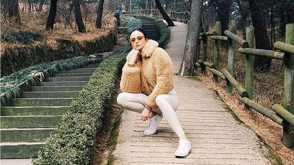 5 Sitting Poses That Are Taking Over Instagram