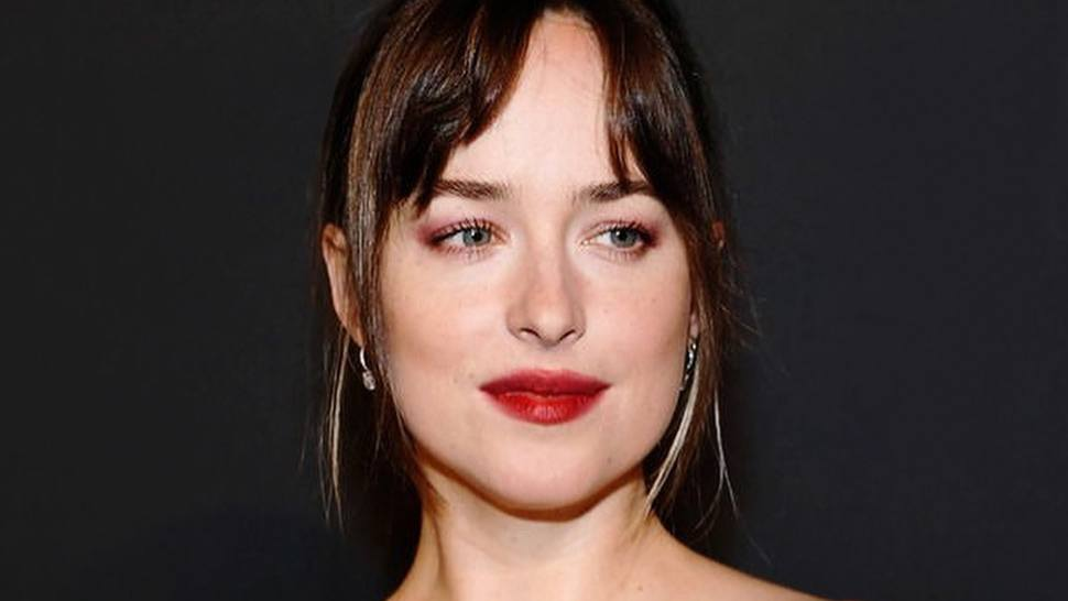 Dakota Johnson Is Making A Case For Smudged Red Lipstick