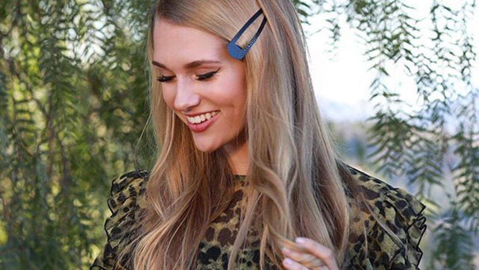 '90s Snap Clips Are Cool Again, and Here's How to Wear Them Today