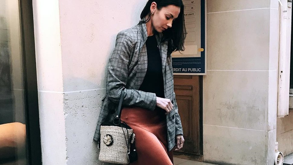 5 Outfits You Can Pair With Woven Bags, According To Amina Aranaz