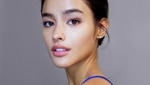 Here's How To Apply Your Highlighter To Make It Look Natural
