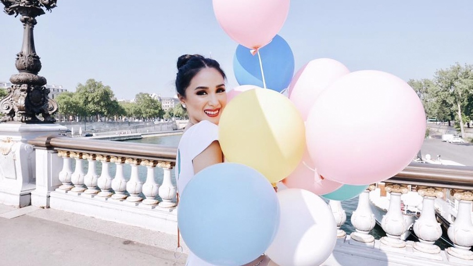 20 Instagram Poses You Can Try On Your Birthday