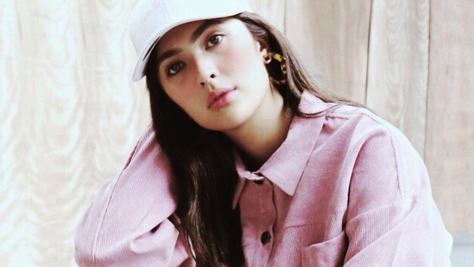 3 Cool Ways to Wear Side-Striped Pants, According to Sofia Andres