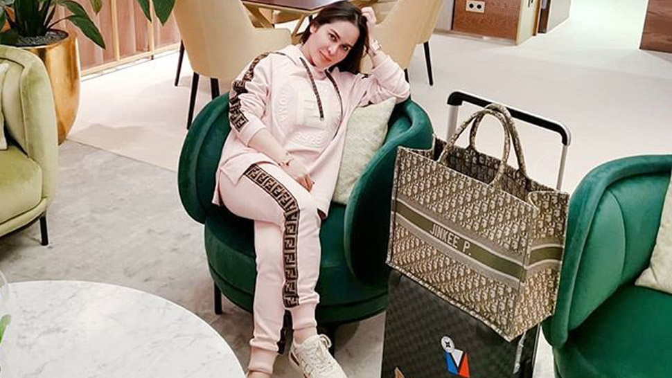 9 Celeb-approved Ways To Pose In An Airport Lounge