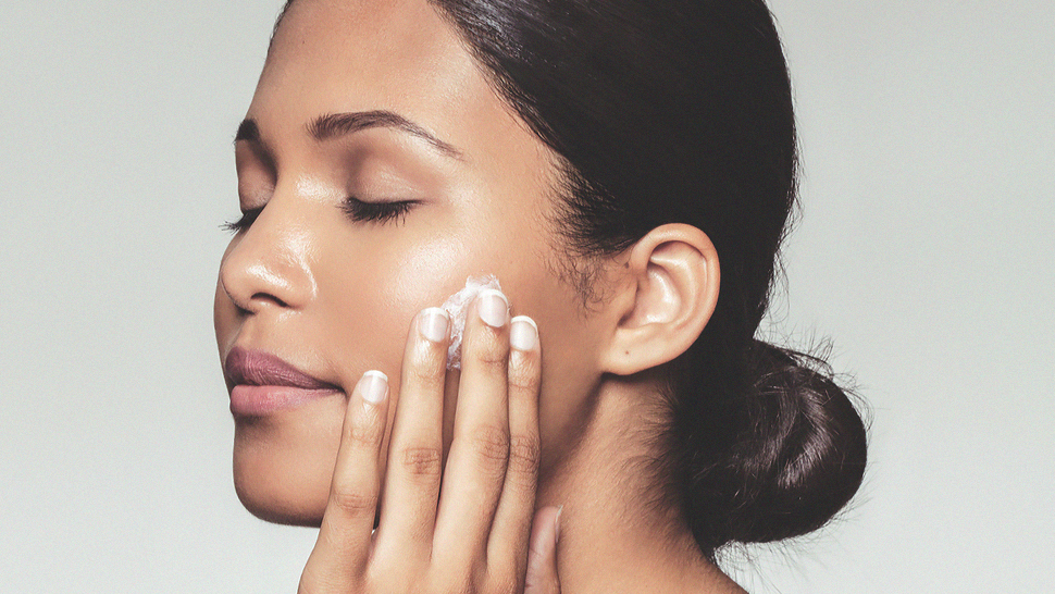 The Difference Between Hydrating and Moisturizing, According to a Dermatologist