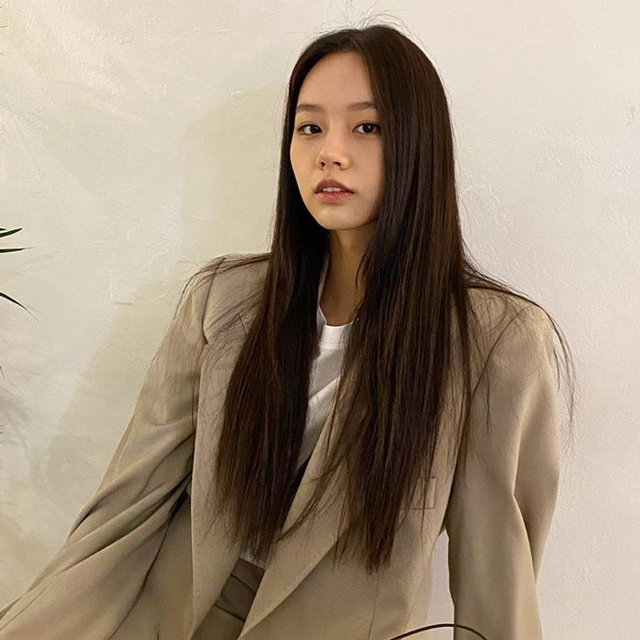hyeri with long dark brown hair