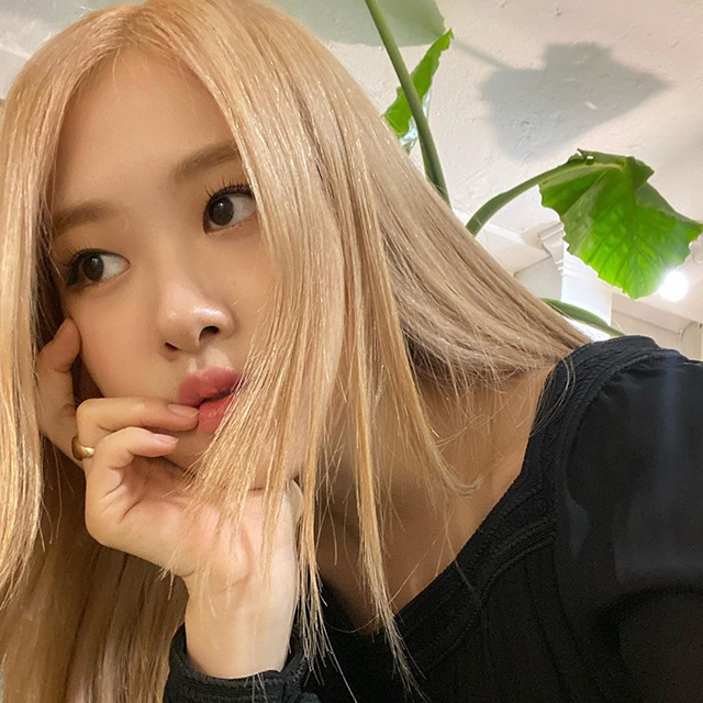 blackpink rose blonde hair