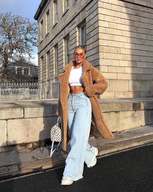 jeans and white sneakers outfit combinations pegs inspo ideas