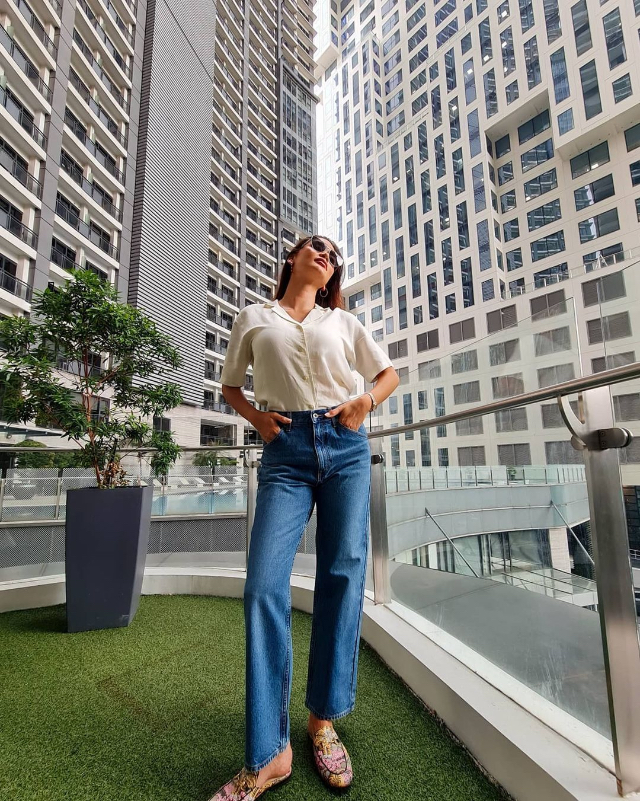 pia wurtzbach white linen shirt and jeans casual/> <figcaption class=