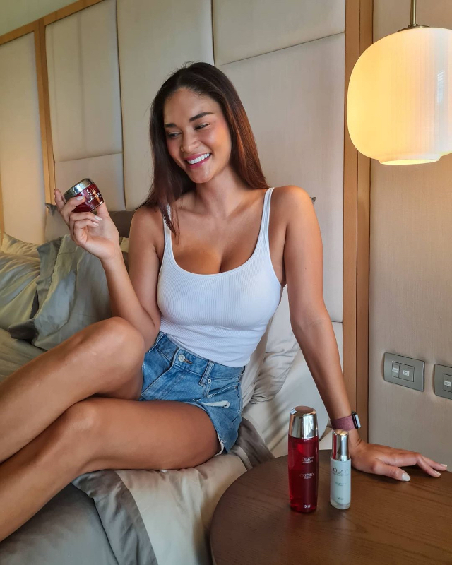 pia wurtzbach white tank top and denim shorts/> <figcaption class=