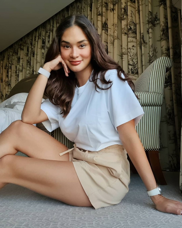 pia wurtzbach shirt and khaki shorts/> <figcaption class=
