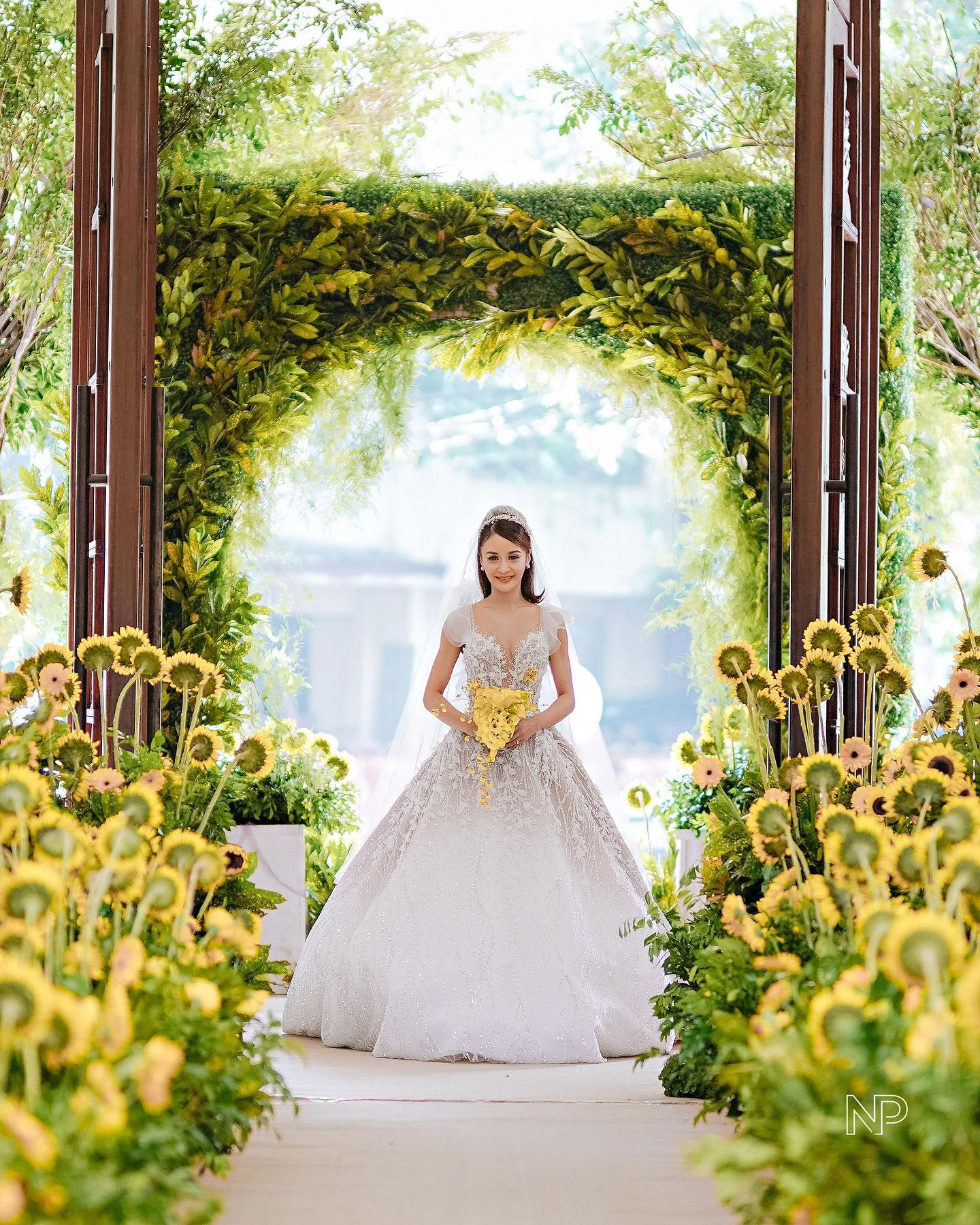 kris bernal's gideon hermosa wedding flowers