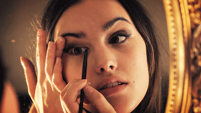 How To Put On Eyeliner Without Tugging On Your Skin
