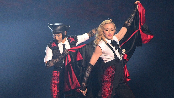 Madonna Falls Off The Stage At Brit Awards 2015