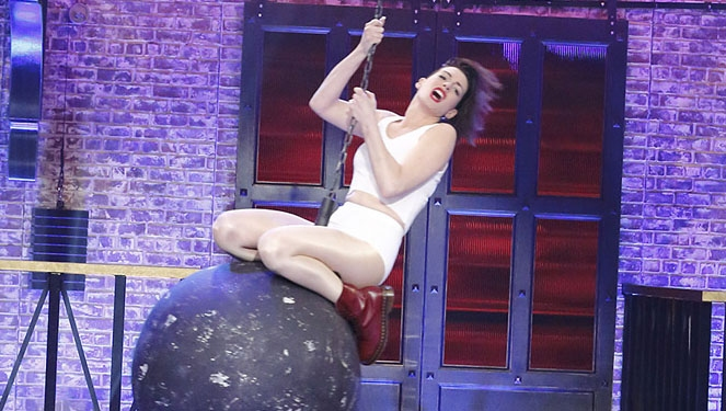 Anne Hathaway Rocks A Cropped Top And Granny Panties On Lip Sync Battle