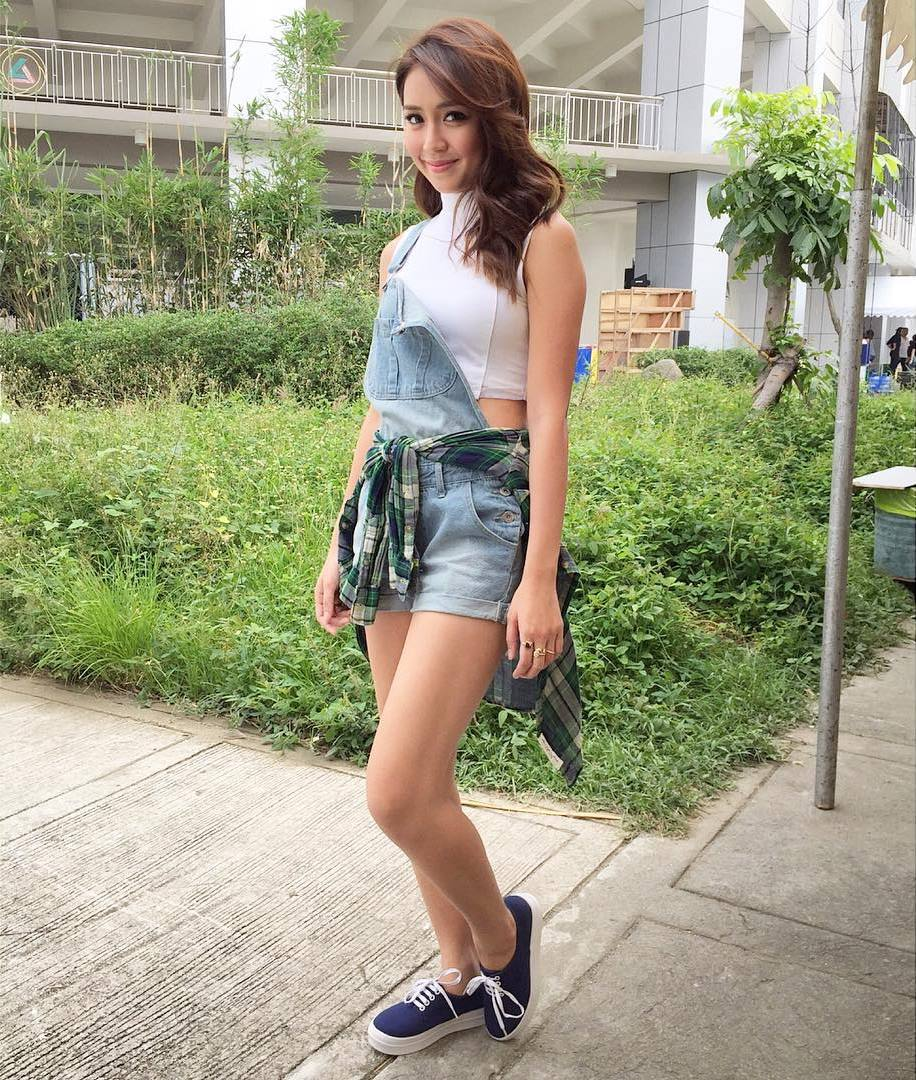 41b2b59a2f3 Jessy Mendiola also gave the trend a shot and wore hers with a black  long-sleeved crop top.