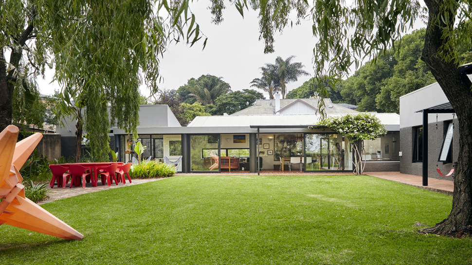 A 140sqm tropical family home filled with art rl