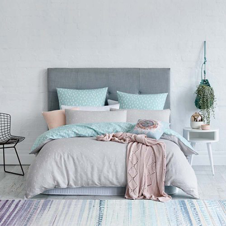 Use Pastels As Accent Colors In A Minimalist Bedroom Choose Pillows Sheets And Blankets Light Blue Soft Pink Peach