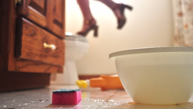 3 Gross Mistakes You Make When Cleaning the Toilet Bowl