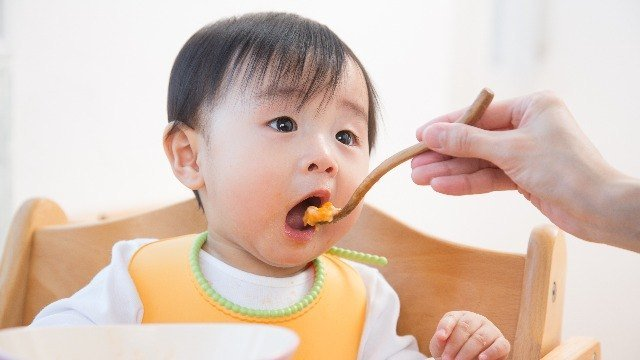 Starting Your Baby on Solid Food: How and When to Do It
