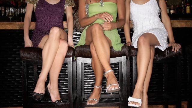 5 Bar Moves Ladies Won't Find Awkward