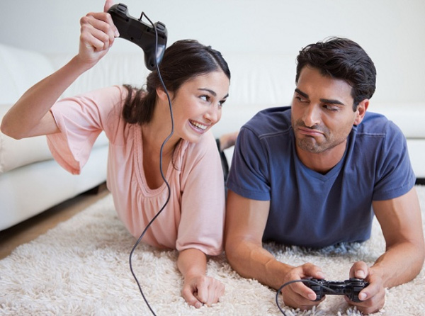 couple playing PS3