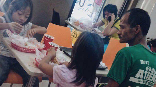 Photo of Single Dad Watching His Daughters Eat Makes the Internet Cry