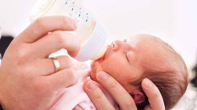 Worried About Baby Poop, a Mom Asks: 'Pinaiinom Ba ng Water ang Newborn?'