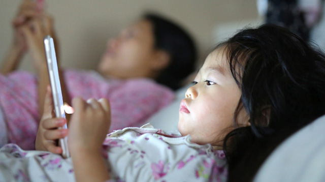 5 Damaging Effects of Letting Your Child Use a Gadget for as Long as She Wants
