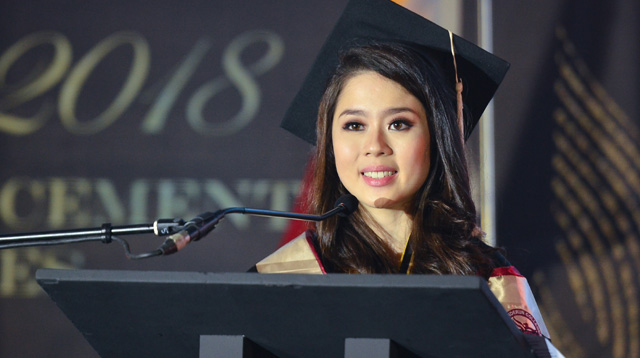 'Why You Shouldn't Aim to Be Valedictorian,' Summa Cum Laude Tells Her Classmates