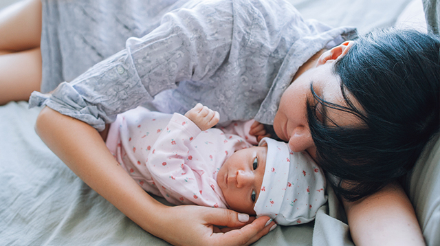 Your First Month With Baby: 4 Lifesavers When You Don't Have Help