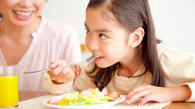 How Do You Feed Your Child? See if You Have the Best Feeding Style